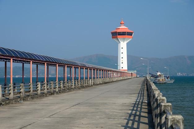 タイ、ラノーンのミャンマーとの国境にある灯台の税関と入国管理局。 Premium写真