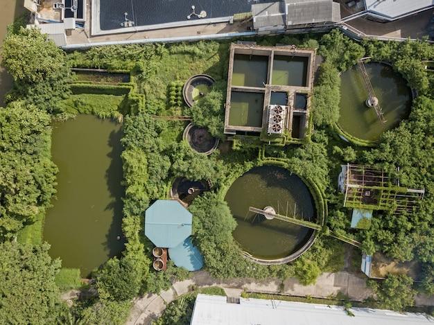 工業団地の廃水処理システムの空中の平面図。 Premium写真