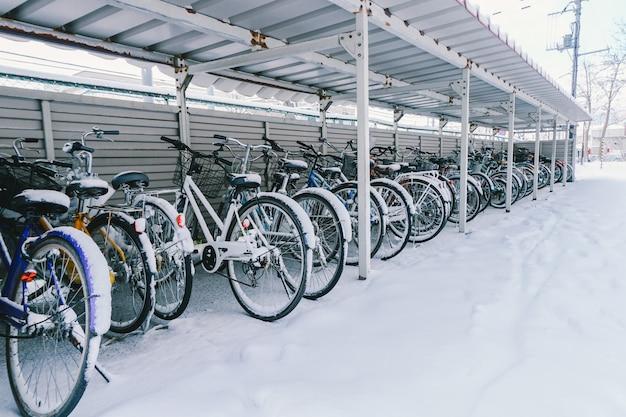 自転車で雪が降る Premium写真