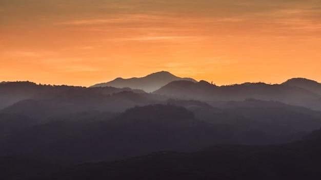 日没の森山の風景 Premium写真