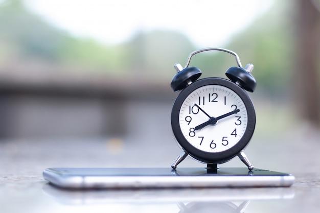 コピースペースを持つモバイルスマートフォンの目覚まし時計。 Premium写真