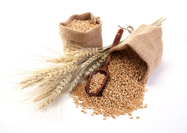 白い背景の袋の中の小麦。 Premium写真