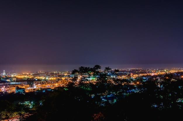 ペッチャブリーの夕暮れの風景、ペッチャブリーの町の丘の上の宮殿。 Premium写真