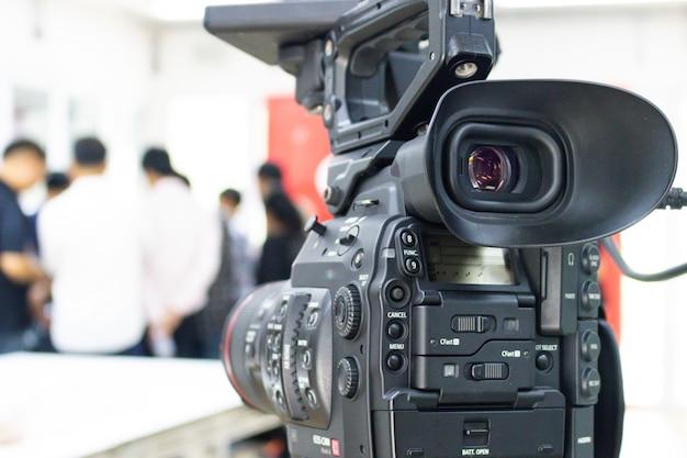 人々のグループを記録しているビデオカメラ Premium写真