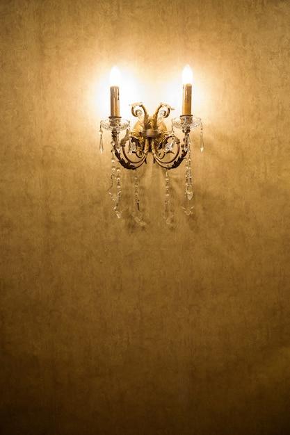 Классическая старинная барочная настенная лампа. Premium Фотографии