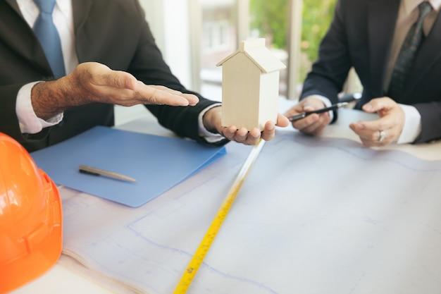 チーム会議およびビジネス仲間との会議 Premium写真