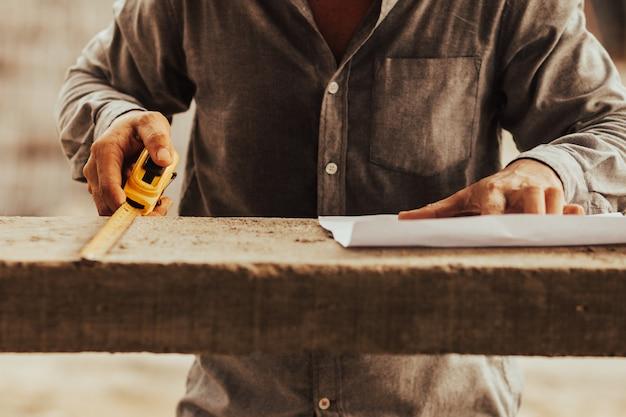 職長は建物のきれいさを調べています Premium写真