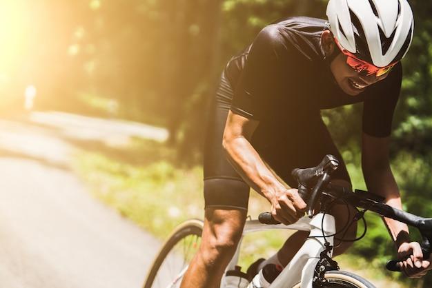 サイクリスト彼はスピードで回転していました。 Premium写真