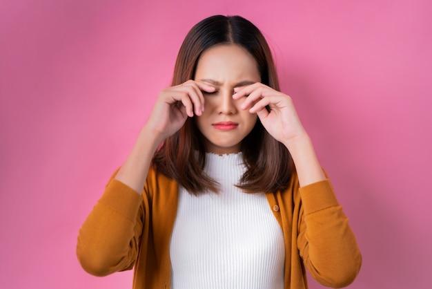 Азиатская девушка плачет Premium Фотографии