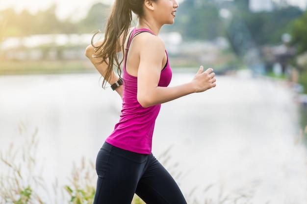 Фитнес женщина работает Premium Фотографии