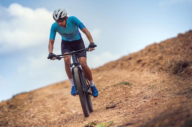 Горный байкер езда на велосипеде, обучение и подъем крутого подъема. Premium Фотографии