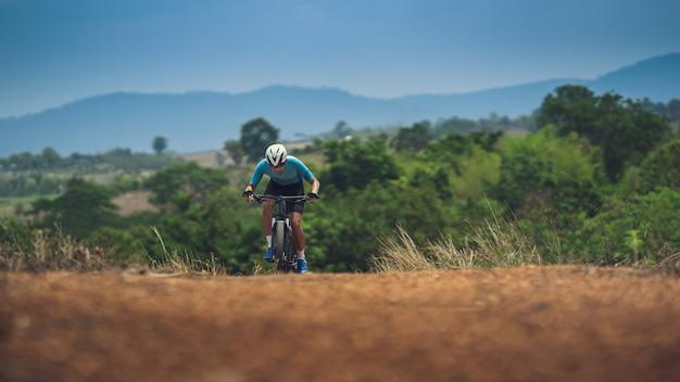 Обучение велосипедистов на крутых склонах Premium Фотографии