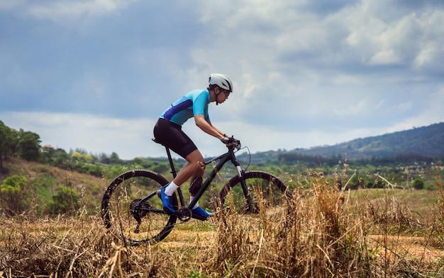 Тренировка велосипедистов горного велосипедиста горная тропа Premium Фотографии