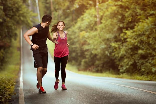 男の手が女性を助けるために上り坂で大成功 Premium写真