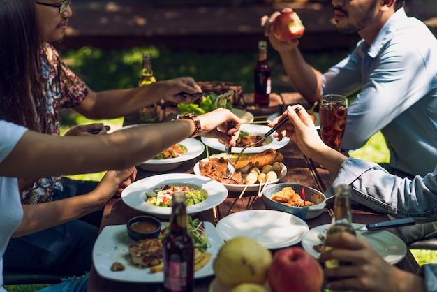 人々は休暇中に食べています。彼らは家の外で食べます。 Premium写真