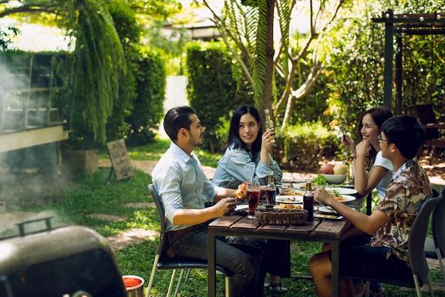 午後のパーティー、バーベキュー、ローストポーク彼らは楽しく話します。 Premium写真