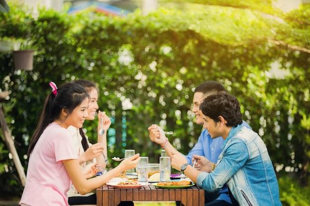 アジアの民族性家の庭で朝食をとる。みんな笑って楽しんだ Premium写真