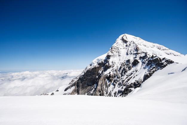 ユングフラウ山と雲と青空の背景、スイス Premium写真