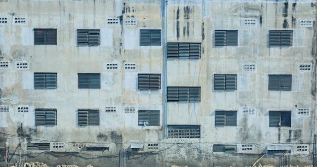 都市住宅ビルディングブロック、アパート、マンションの外装、窓、壁のパターンの背景。 Premium写真