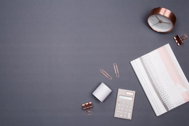 Офисный стол со смартфоном и другими канцелярскими принадлежностями на сером фоне. Premium Фотографии