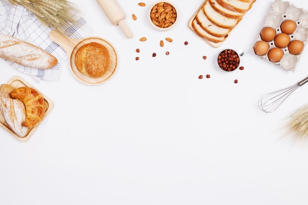 自家製パンまたはパン、クロワッサン、ベーカリーの材料 Premium写真