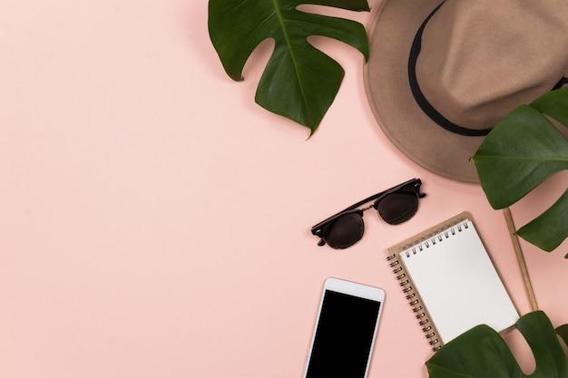 ノートブックを持つ女性のワークスペース Premium写真