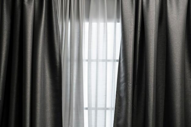 Занавес в окне в гостиной Premium Фотографии