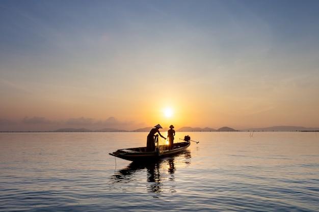 漁師は午前中に魚を捕まえる。 Premium写真
