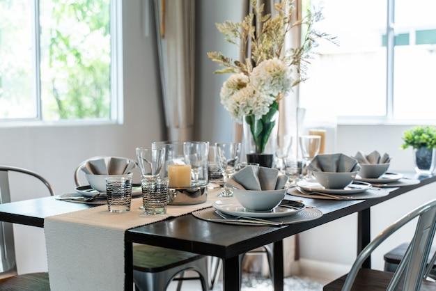 家の中にダイニングルームのテーブルを設置 Premium写真