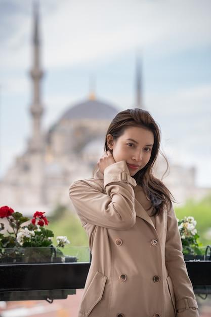 アヤソフィアの有名なイスラムのランドマークモスクの近くのイスタンブールでリラックスした女性の肖像画。 Premium写真