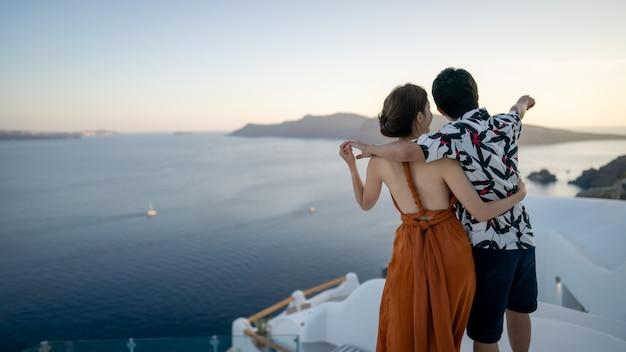 ギリシャ、サントリーニ島のビューイア村を楽しむアジアカップル。 Premium写真