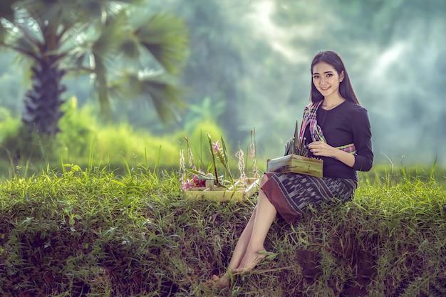 アジアの農民の女性は、毎年農場で定期的に米の女神を礼拝する準備をしています。 Premium写真