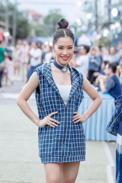 タイのサコナコンの田舎の小さな通りでリラックスし、インディゴのネクタイ染め布ショールをポーズ美しいタイの女の子 Premium写真