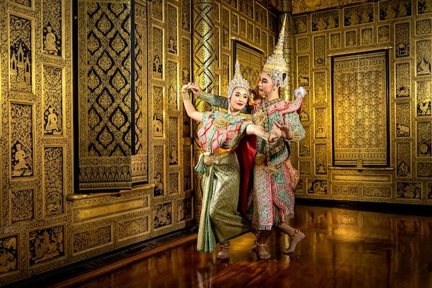タイのパントマイムパフォーマンスで踊るキャラクタープラとナン。 Premium写真