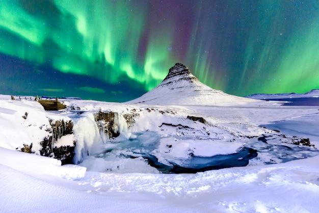 Северное сияние на исландской горе Premium Фотографии