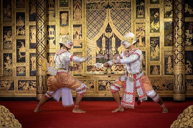 Персонаж тайской пантомимы исполняет красивый танец Premium Фотографии