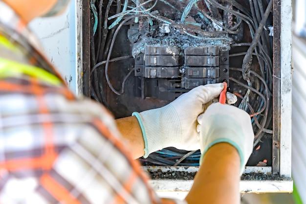 消防回路基板の原因をチェックする役人 Premium写真