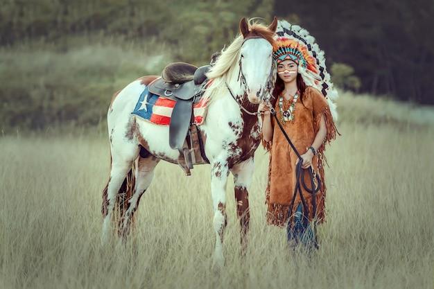Девушка красоты молодая азиатская с составляет как женщина коренного американца Premium Фотографии