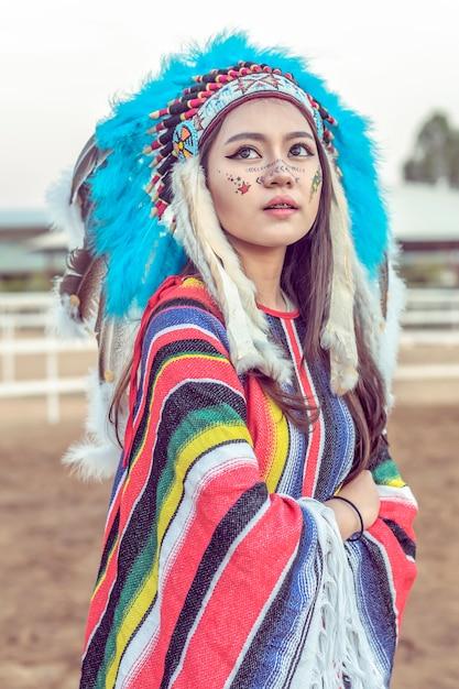 アメリカインディアンの女性のポートレート屋外 Premium写真