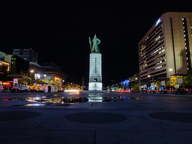 光明提督の像がある光化門広場 Premium写真