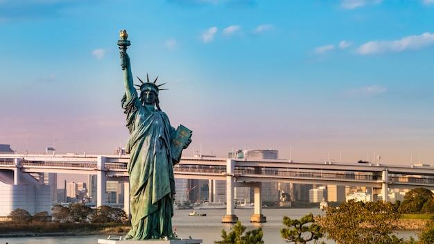 お台場、東京、日本の自由の女神像 Premium写真
