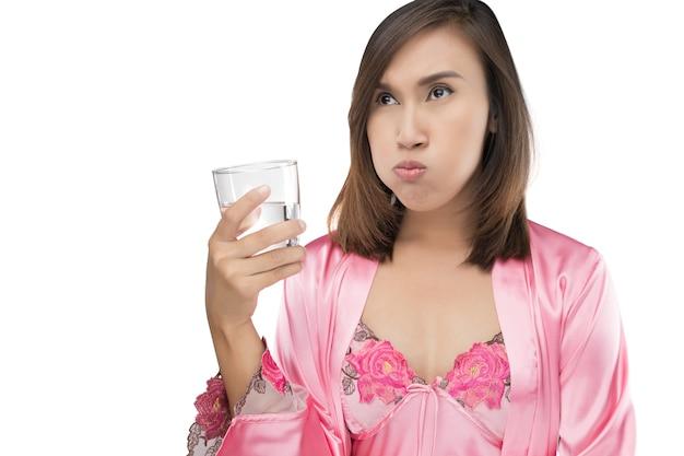 口腔洗浄液を使用している間、女性はすすぎ、うがいをする Premium写真