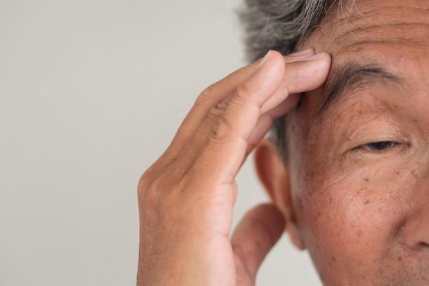Старший старик, страдающий деменцией или потерей памяти Premium Фотографии