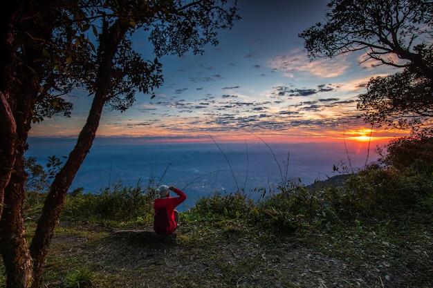 プールアン野生生物保護区、ルーイ県、タイの美しい日の出。 Premium写真