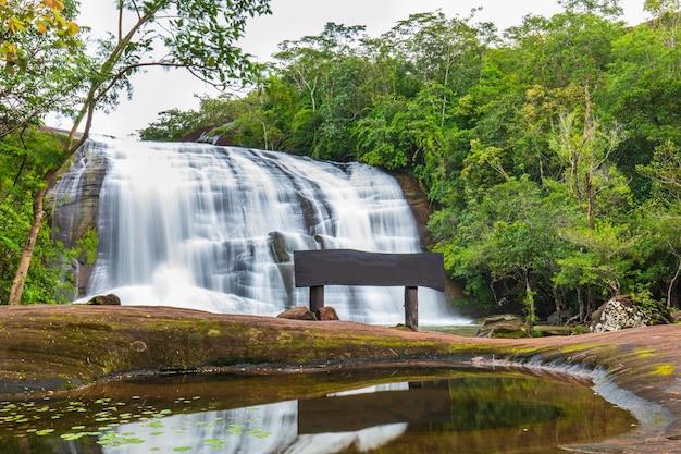 自然の中で美しい滝 Premium写真