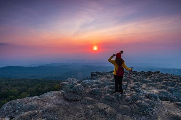 Молодая женщина, походы в горы. Premium Фотографии