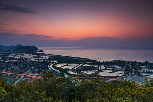Красивый закат над городом Premium Фотографии