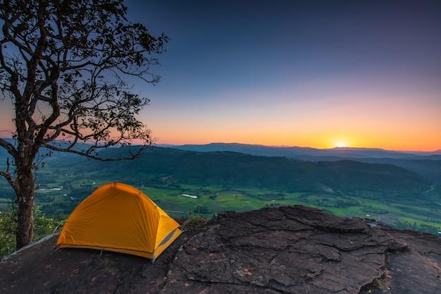 Палатка стоит на вершине горы Premium Фотографии