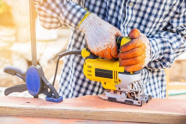 Желтый лобзик для деревообработки Premium Фотографии