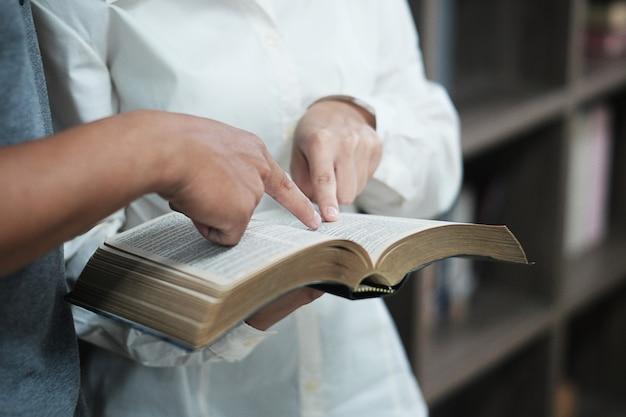 男性は聖書を学んでいます。 Premium写真